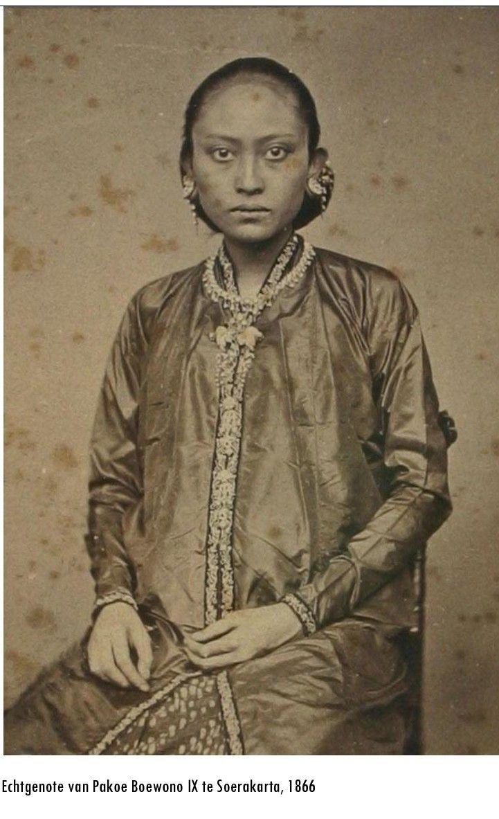 Indonesia ~ Java, Surakarta ~ wife from Pakoe Boewana IX ~ 1867