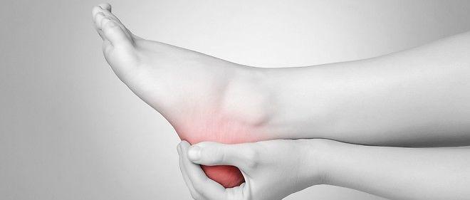 L'aponévrosite plantaire (ou fasciite plantaire) touche environ 10% de la population. Elle cause une douleur profonde dans le talon dès le lever qui disparait en marchant mais revient lorsque le pied se fatigue.