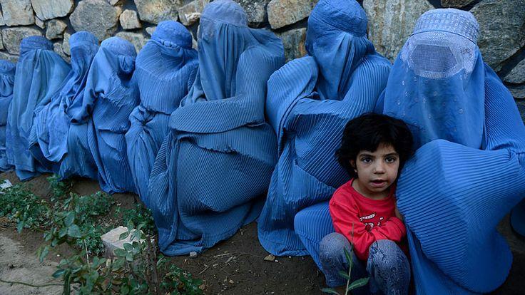 Aref Karimi/AFP - Mulheres afegãs esperam para receber alimentos no esquema de distribuição realizado durante o Ramadã, em Herat. Foto: Aref Karimi/AFP