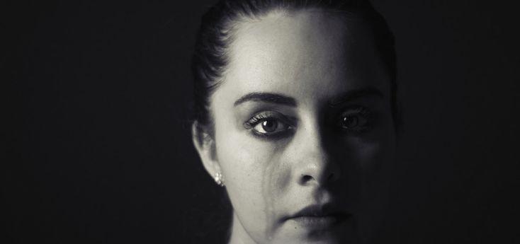 Chibimundo - mujer llorando en blanco y negro