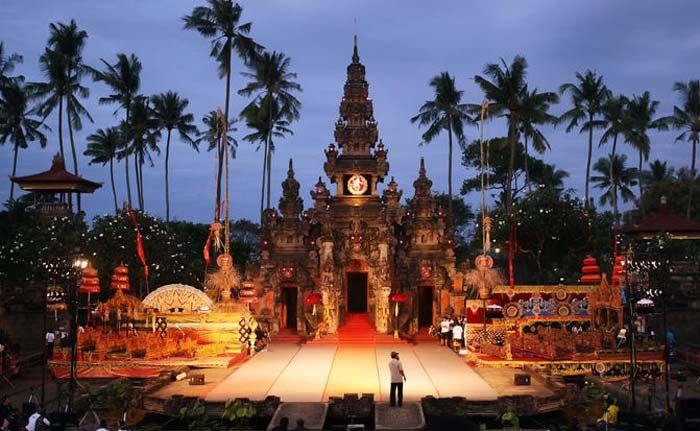 Art Centre Bali didirikan untuk mengasah bakat para calon seniman ataupun juga mewadahi para seniman Bali untuk berkarya. Di Art Centre Bali setiap tahun ada pula festival kebudayaan yang siap menghibur Dolaners. [Photo by rentalmobilbali.net/]