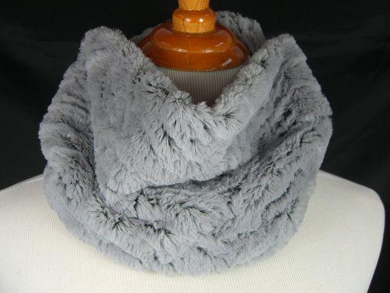J'ai fait ce col/cache-cou en tissu polaire minky beau, doux au fusain moyen avec un support de couleur noire. Le tissu est super doux et chaud et à la machine complètement lavable et séchable à la machine. Juste glisser sur votre tête pour facile dedans et dehors.  Le col est denviron 27 autour de 8 de large. Un cache-cou parfait pour toute la saison.   La main dans létat de Washington par moi.