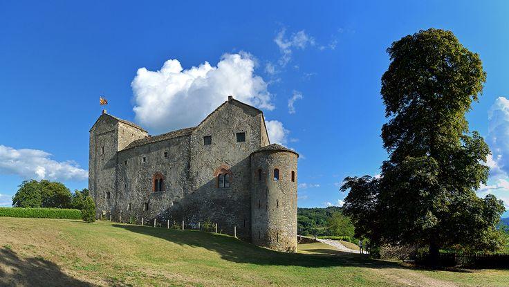 """. www.castellodiprunetto.it/ . www.langamedievale.it/monumenti-medievali-langhe/castello... . Il paese si trova inerpicato sul crinale che separa il torrente Uzzone dal Bormida di Millesimo. La posizione strategica e l'altezza offrono un mirabile paesaggio che spazia dall'appennino Ligure alle Alpi Cozie Si stende anche a nord verso la Langa dove """"bricchi"""", poggi, colline, con i loro insediamenti, case, pievi, castelli forniscono, nell'alternanza delle sfumature cromatiche stagionali una…"""