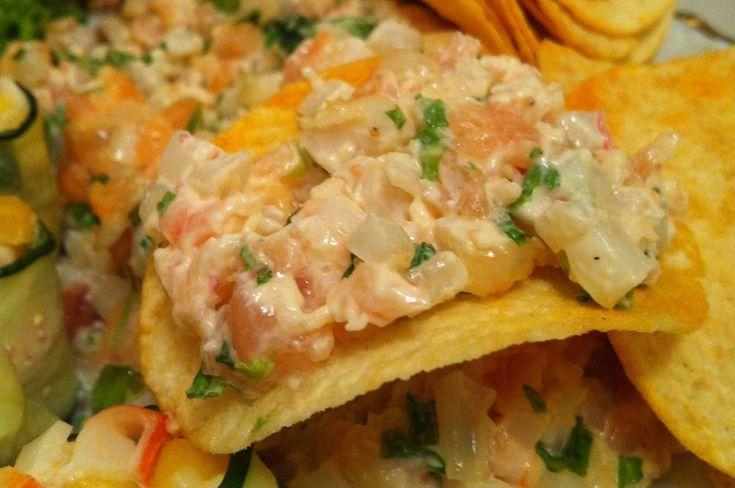 Салат с креветками, кальмарами и семгой на чипсах