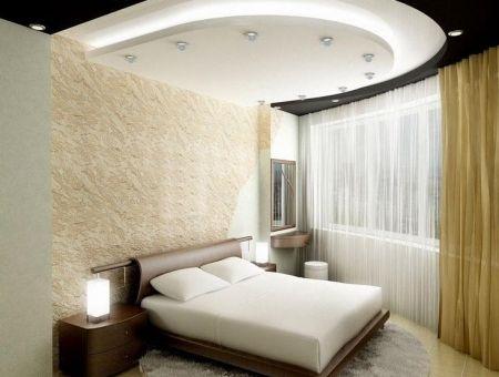 Многоуровневый потолок в маленькой спальне