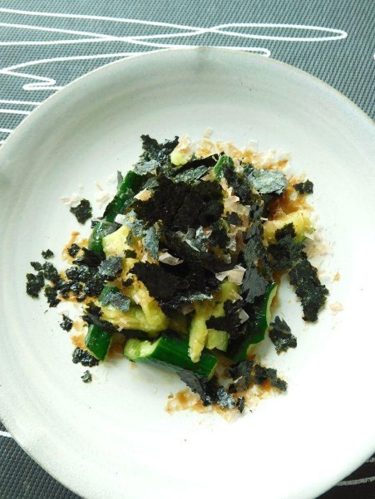 たたききゅうりの海苔とおかか和え by 優子 / 3分でできちゃうたたききゅり。わさびとオリーブオイルの入ったタレとふんわりと盛り付ける海苔とおかかが味の決め手です。 / Nadia
