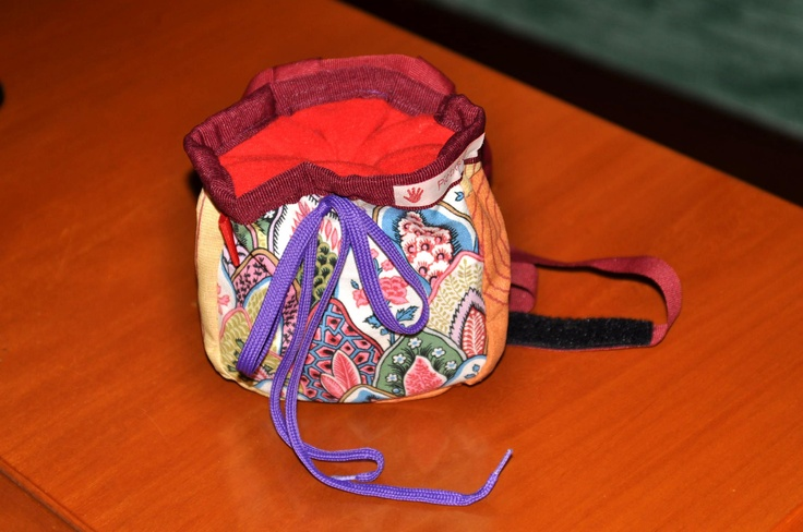 Portamagnesite!!!!!    Super colorato in tessuto stampato all'esterno, pile rosso all'interno per una migliore presa della magnesite!    Si allaccia in vita con un cinturino di grosgrain rosso scuro con chiusura a  strappo, mentre si chiude con un laccio viola. E' dotato anche di una piccola asola per moschettone o spazzolino da denti!    For very fashion climbers!!    https://www.facebook.com/media/set/?set=a.472457052821197.106135.132850563448516=1