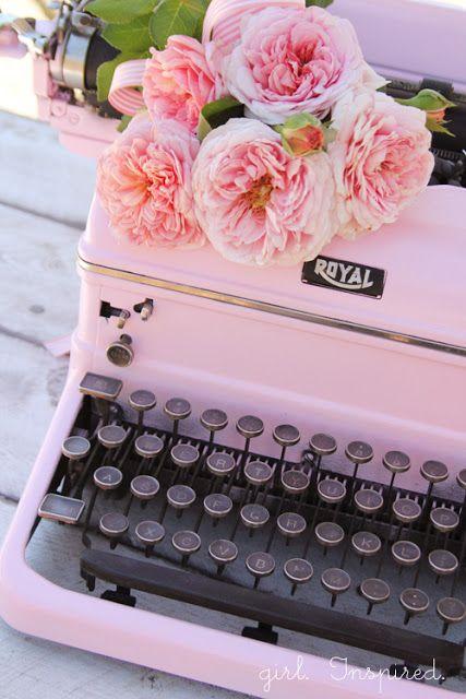 Relooking d'une vieille machine à écrire en rose de style shabby romantique.