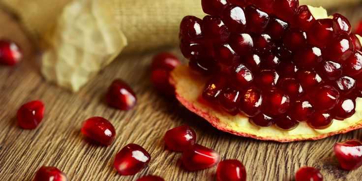 Granaatappelscrub is een heerlijke oppepper voor je gezicht. Het verwijdert dode huidcellen, zodat je gezicht beter de werkstoffen uit jecrèmekanopnemen. Smeer na het scrubben je huid wel altijd goed in met een zonnebeschermingsfactor (SPF). Zo maak je het: Ingrediënten: • 2 eetlepels granaatappel • 2 eetlepels olijfolie • 1 eetlepel honing • 1 eetlepel fijne…