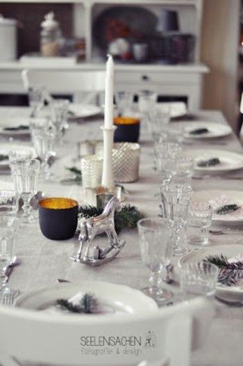 白とシルバーをメインにネイビーを加えると、大人のテーブルコーディネイトに。