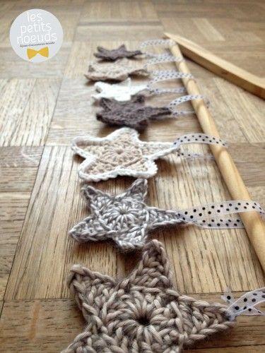 Etoiles de noel crochet   Déco noel originale   www.les-petits-noeuds.fr [Inspirations Mondial Tissus] Des jolies étoiles de Noël à réaliser soi-même au crochet. A accrocher avec un bout de ruban, c'est simple et si élégant.