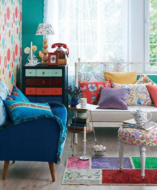 Bol desenli ve renkli stiliyle dekorasyona farklı bir soluk katan Boho, yaşam alanlarına daha modern, sıra dışı ve özgün mekanlar yaratarak geri dönüyor.Uygularken• Eskici ve antikacıları dolaşın.• Renk kullanırken cömertdavranın.• Vintage, retro, pop-art gibi farklıstilleri bir arada kullanın.• Beyaz, pembe, mavi tonlarıkullanarak stile Shabby Chichavası ekleyin.Ferforje sedir: 2.950 TL., kitap kut...