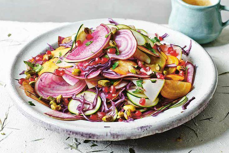 Sommige gerechten zijn zo mooi of kleurrijk dat je er spontaan blij van wordt. Zo ook met deze prachtige en vrolijke regenboog salade met granaatappel.