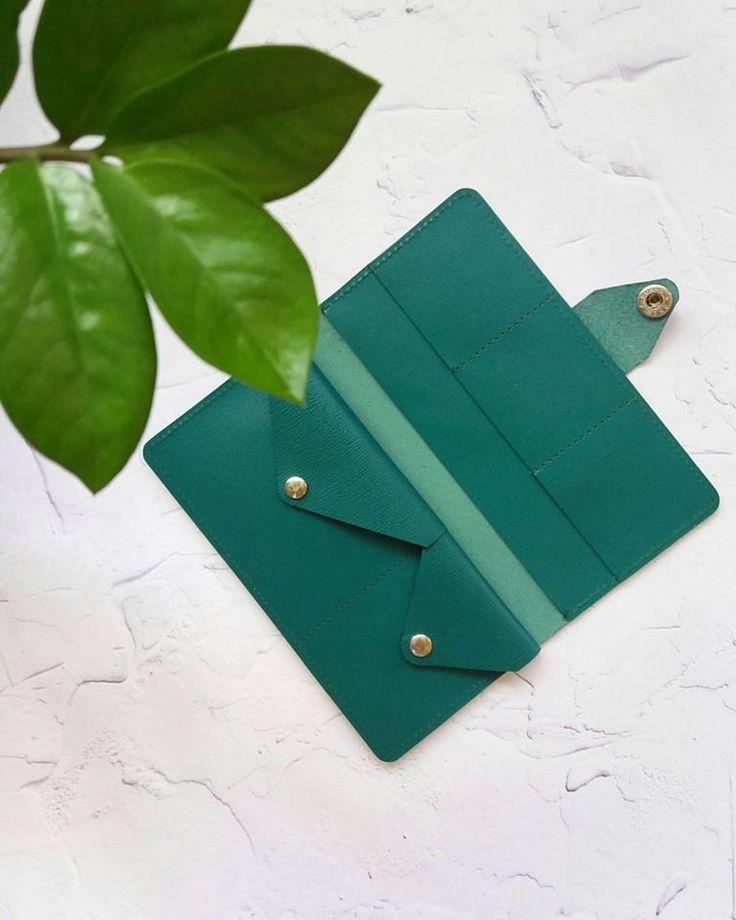 Изумрудно-зеленый кошелек и стиле минимализма. Натуральная  кожа. 2 отделения на кнопке. Внешняя застежка так же на кнопке. Размер 19х9 см 450 грн.