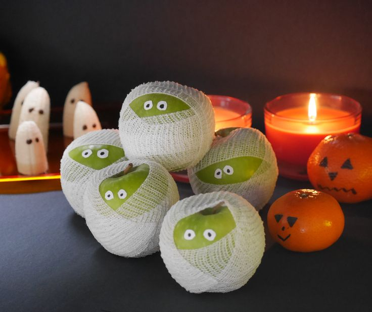 Wrap a thin gauze bandage around an apple and glue on a pair of eyes. In a simple way, you have created cute mummies that are guaranteed to be the talk of your party.