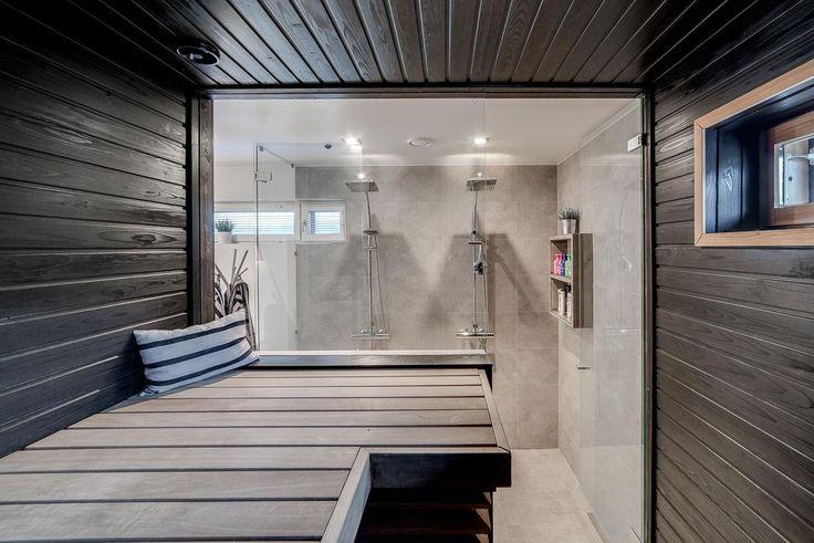 Tyylikäs tumma sauna lasiseinällä