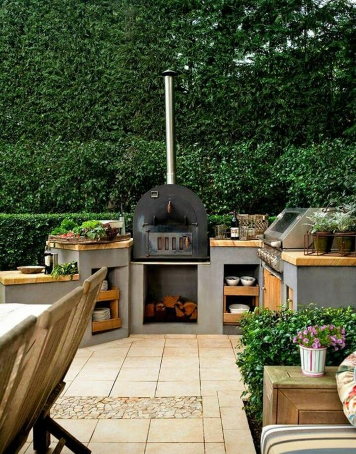 cuisine-d-été-extérieure-installation-en-béton-plan-de-travail-bois-four-pizza