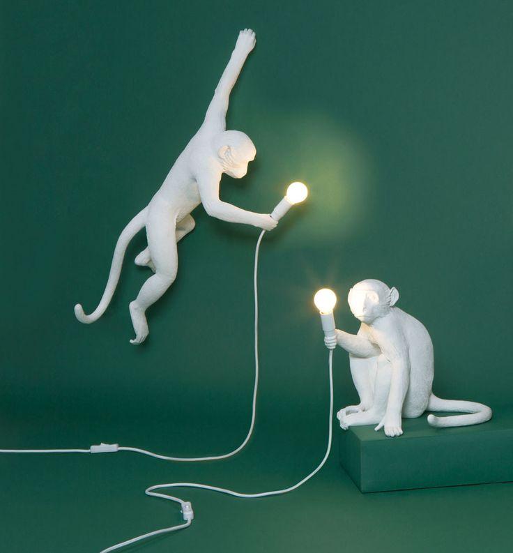 Vi falt helt for disse forseggjorte ape-lampene fra italienske Seletti. Monkey vil være en slående detalj til ditt interiør og spre glede og lys både på stue, soverom og barnerom. De er laget avsyntetisk harpiks (plastmateriale) og kommer i hvit og sort farge. Det følger med en LED lyskilde og om du vil kan du supplere de med en liten skjerm som er designet spesielt til disse lampene.