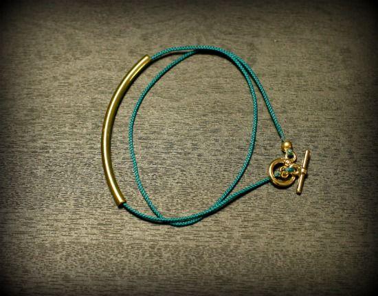 Je ne porte pas beaucoup de bijoux. Ou disons plutôt que je reste très fidèle à plusieurs d'entre eux et j'ai donc un peu de mal (mais j'y travaille!) à changer mon collier, mes boucles d'oreilles, mon bracelets et encore...