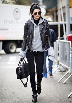 Lässiger Streetstyle von Kendall Jenner ♥ grauer Hoodie, schwarze Bag, Ankle Booties mit Nieten und eine lässige schwarze Lederjacke ♥ ♥ http://stylefru.it/s626513 ♥ ♥