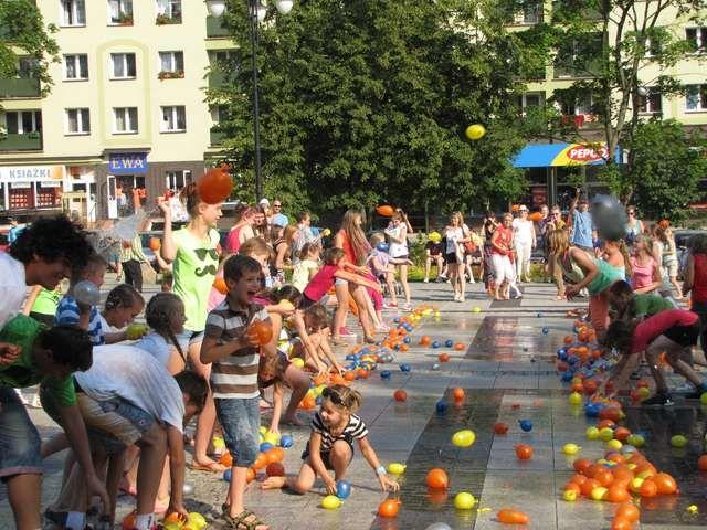 Balonowa bitwa w centrum Olecka Na placu Wolności w Olecku doszło do wielkiej bitwy na balony wypełnione wodą. Wzięło w niej udział około stu dzieci, które w kilka minut zużyły ponad tysiąc balonów. ZOBACZ ZDJĘCIA.  Zobacz więcej na stronach Gazety Olsztyńskiej: http://olecko.wm.pl/162319,Balonowa-bitwa-w-centrum-Olecka.html#ixzz2Y44g2cDX