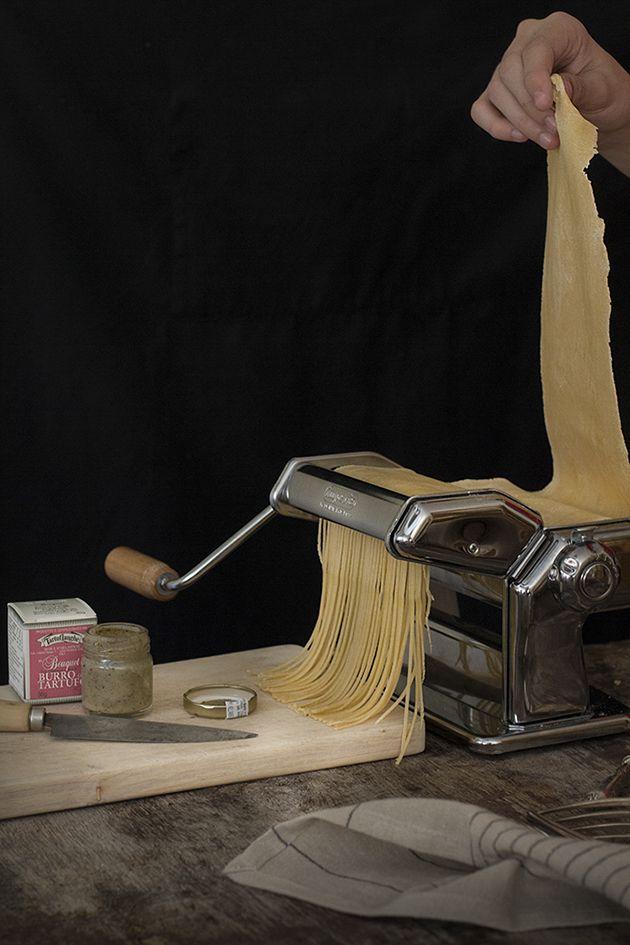 Hay placeres en la vida a los que me costaría mucho renunciar. Uno de ellos es hace fotografía, no importa cual sea el objeto; en este caso unos espaguetti recién hechos, en casa, con mis propias manos…… el otro placer del que os quería hablar. Cocinar me gusta casi tanto como comer. Pero no me...Leer más »