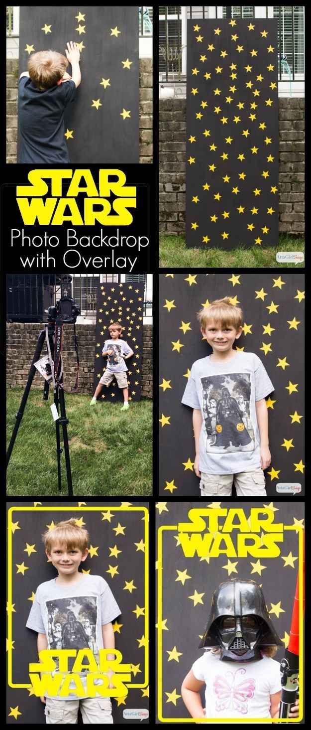 Use um pedaço de compensado, um pouco de tinta preta e adesivos de estrelas para fazer um fundo para fotos.