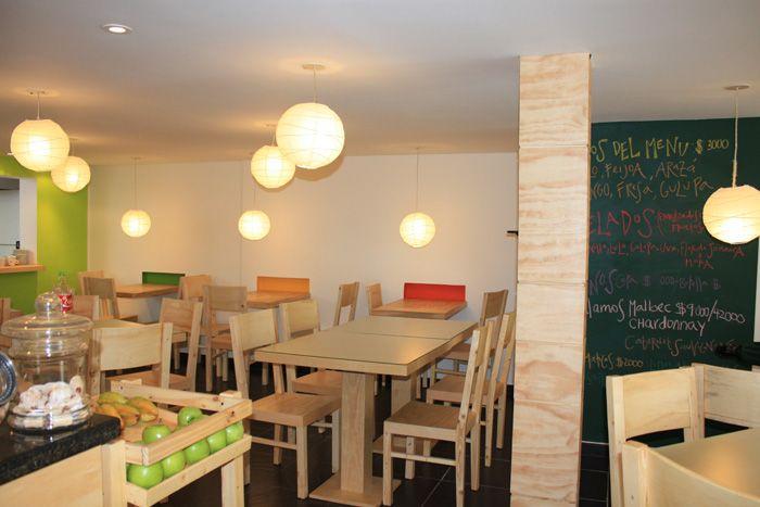 La pizarra permite a los comensales ver fácilmente el menú del día del restaurante. Destacan las sillas y mesas hechas de madera de pino. #decoración #espacios #arquitectura #arquitecture Foto con licencia Creative Commons