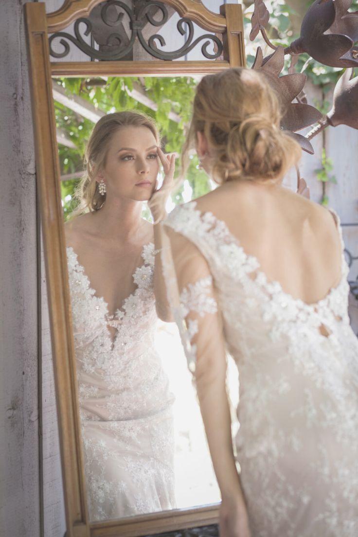 Niedrige rückseitige Hochzeitskleid, Illusion Ausschnitt & Ärmel, glamourös, sexy, verschönert, offener Rücken, niedrigen rückseitigen Spitzen Kleid Brautkleid von JuLeeCollections auf Etsy https://www.etsy.com/de/listing/210570283/niedrige-ruckseitige-hochzeitskleid