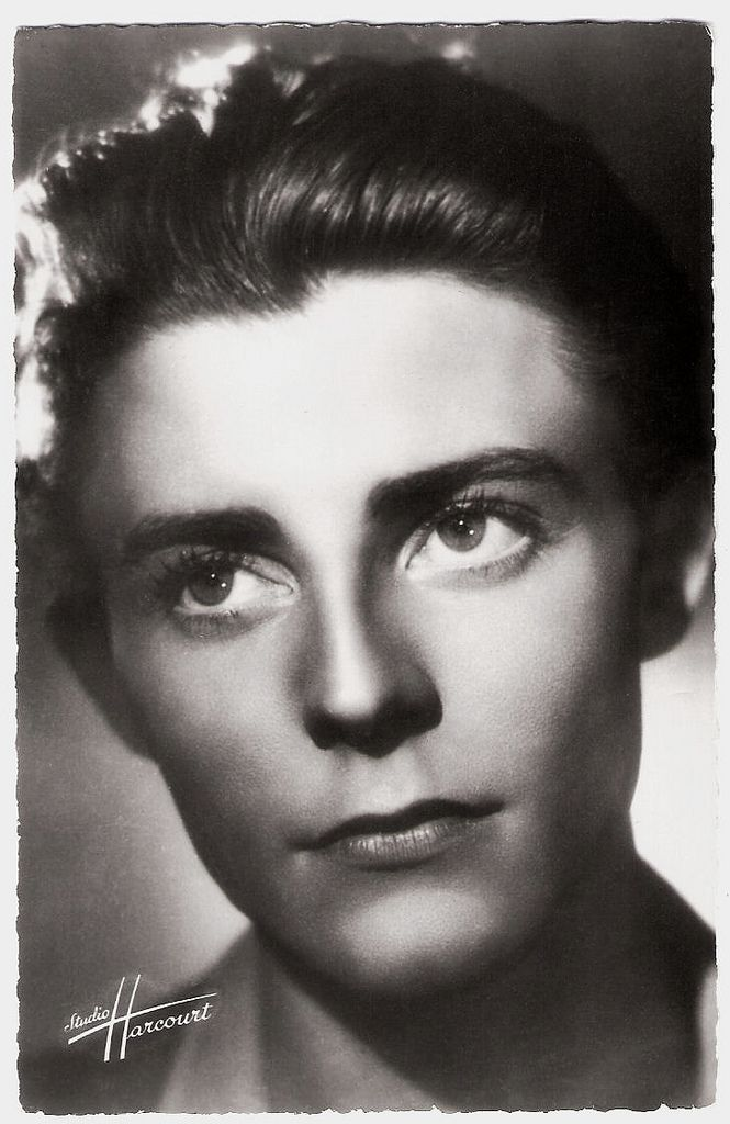 https://flic.kr/p/EFHCwS | Gérard Philipe | French postcard by Editions du Globe, no. 22. Photo: Studio Harcourt. Legendary idol of the French cinema Gérard Philipe (1922–1959) was adored for his good looks, but he was also a very talented actor. He played roles as diverse as Faust and Modigliani and he was sought out by France's preeminent directors for his versatility and professionalism. For more postcards, a bio and clips check out our blog European Film Star Postcards Already over 3…