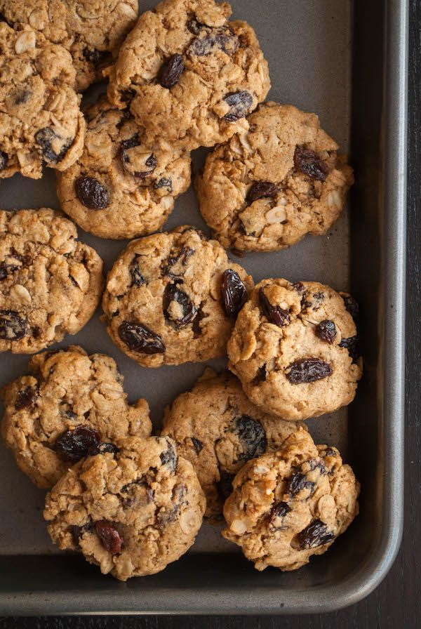 Healthy Oatmeal Raisin Cookies: These gluten free and vegan cookies are perfect for a Christmas cookie exchange or just munching on at home! And the dough...ADDICTIVE! || fooduzzi.com recipes