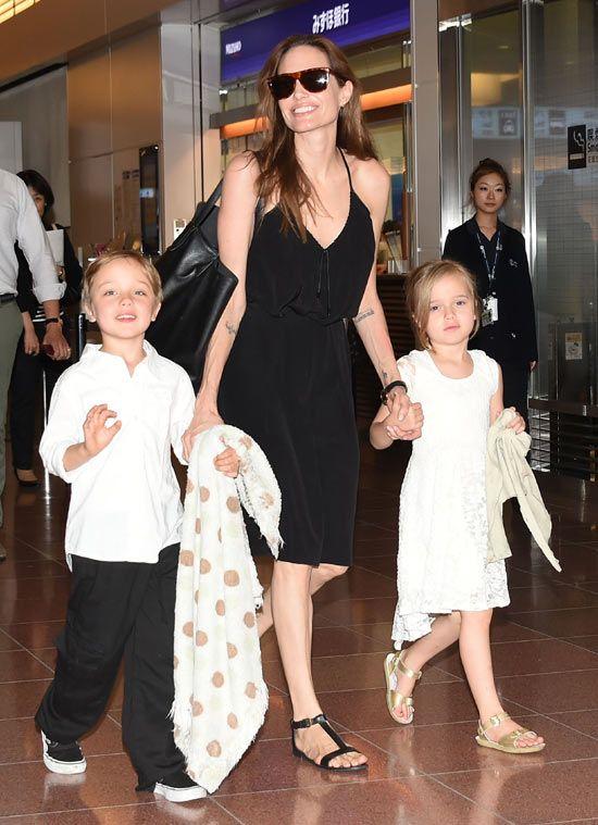 La estrella más joven de Maléfica aterriza en Tokio con su madre, Angelina Jolie #cine