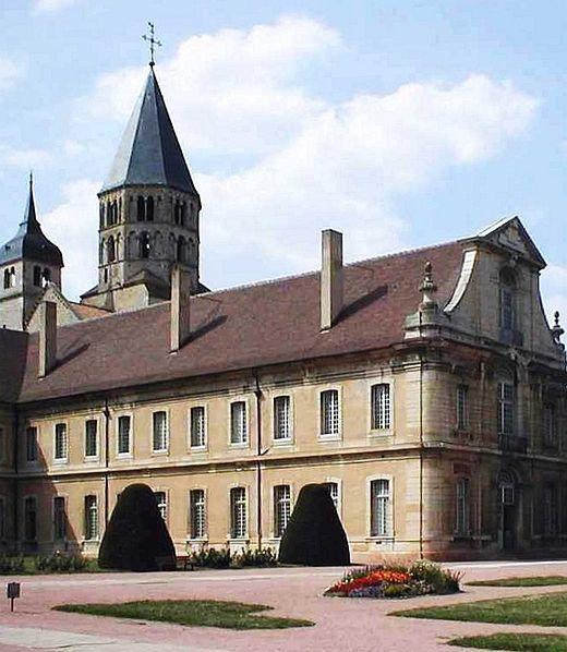 Abbazia di Cluny, Cluny (Borgogna), Francia. Inaugurata nel 909, era un'abbazia che adottava la regola benedettina ed era costruita con uno stile architettonico romanico. Oggi rimane solo l'8% della struttura originaria perché fu presa d'assalto durante la rivoluzione francese.