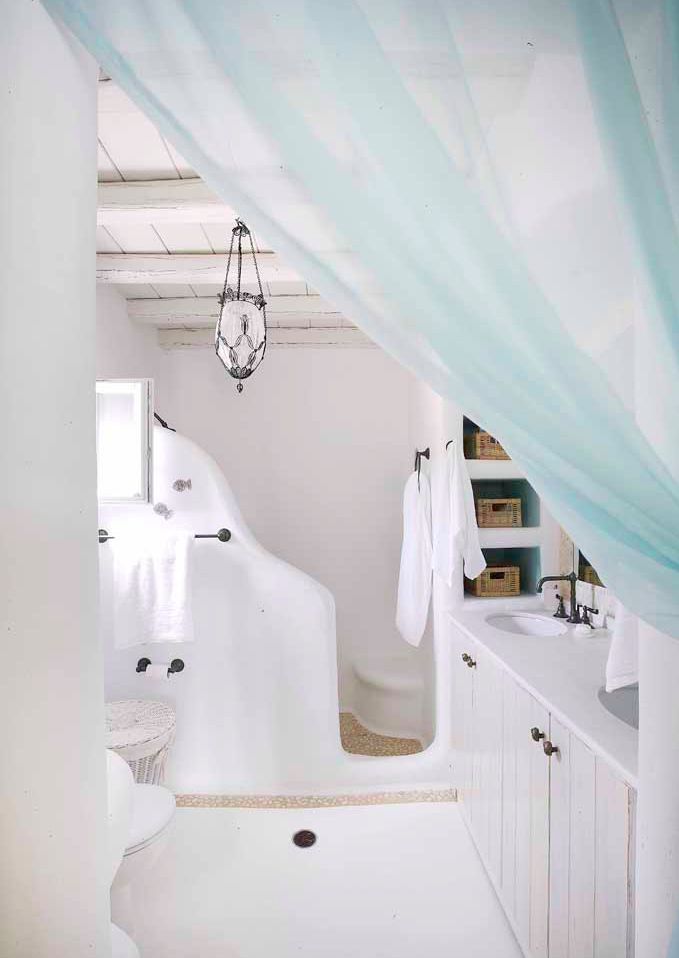 Soft turquoise elements brighten up this white space. Summerhouse in Mykonos.
