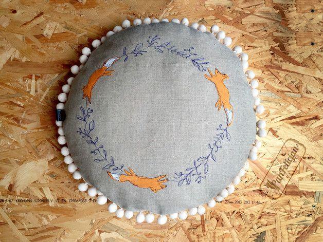 PanFelicjan na salonach :) Okrągła, mięciutka poduszka z haftowanym motywem lisów i pomponami. Wykonana z wysokiej jakości, naturalnego lnu.  średnica: 44 cm