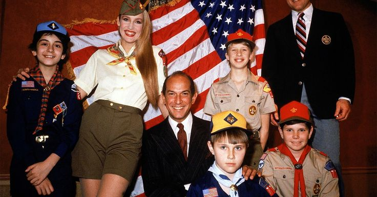 Oscar de la Renta Desiged the Iconic Boy Scout Uniform   Tasked in 1978 with giving the Boy Scouts' uniform its biggest overhaul in nearly 60 years, de la Renta designed its iconic olive-and-tan look.