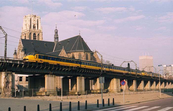 Rotterdam: Binnenrotte met tijdelijk treinviaduct.