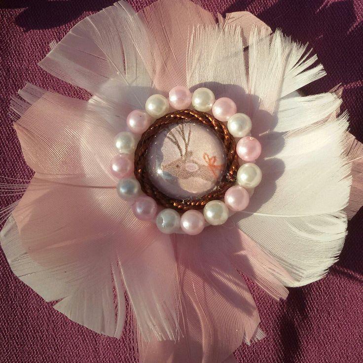 È natale! Bellissima spilla realizzata a mano,  molto romantica, con soffici piume, perle e l'immagine di Rudolph♡