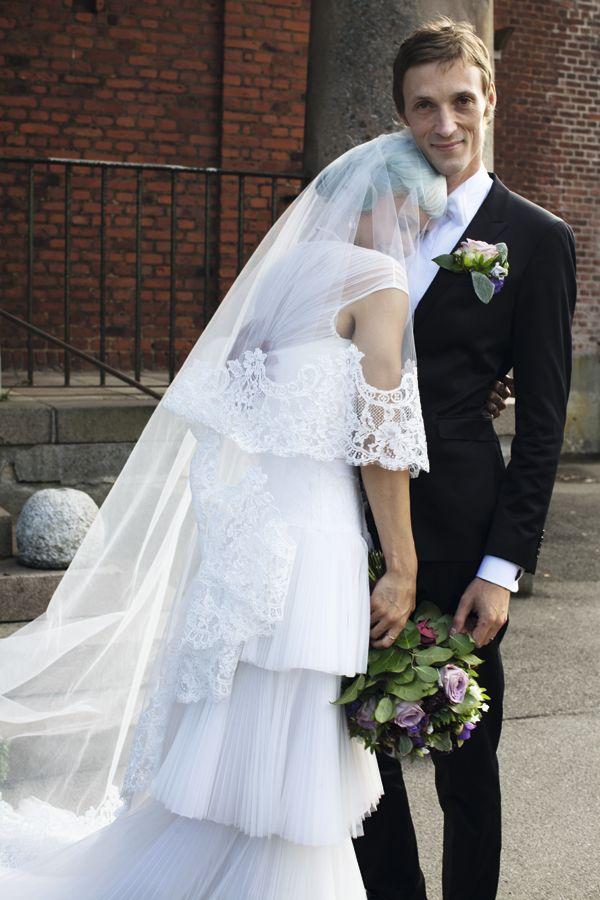 Den danske sangerinde Nanna Øland Fabricius gifter sig med billedkunsteren Eske Kath i Jesu Hjerte Kirke på Vesterbro i København. Bruden var iført en kjole af Ole Yde, der var inspireret af animationsfilmen 'Corpse Bride'. 17. august 2013.