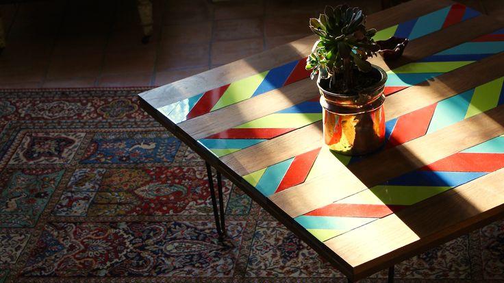 Table basse en bois et faïence, pieds en épingles Géométrique et colorée Lumière