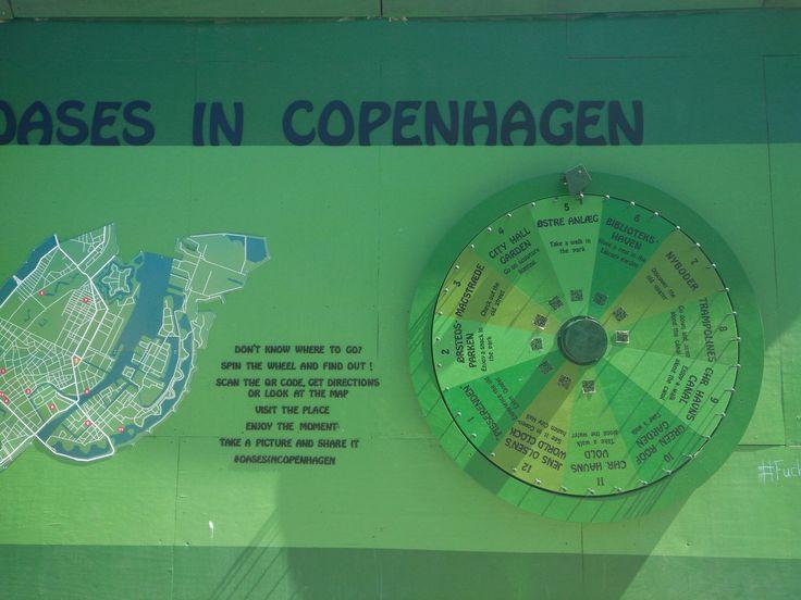 """Lykkehjul for turister. Når man drejer på hjulet, foreslår det en seværdighed, et """"ukendt"""" sted eller en rolig plet i København. Måske også en idé til museumsgæster, der vil have lidt inspiration! (Set på Kongen Nytorv i København)"""