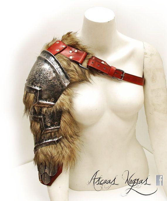 Hombrera de fantasía nórdica de acero y cuero con cota de escamas. Talla femenina .Armadura vikinga.Estilo barbaro.Larp.Vestuario fiesta