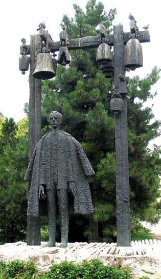 Bartók Béla szobra a Bartók Emlékház kertjében, II. ker. Csalán út 29. szám alatt. Az 1981-ben felavatott bronz szobor Varga Imre szobrászművész alkotása.