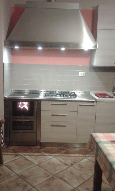 Realizzazione 70BU Pertinger con cappa, piano lavoro e gas in progetto mobili da cucina