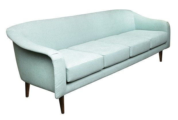 Sofá Curvo, com almofadas soltas e pés de jacarandá, 1,90 x 0,75 x 0,80 m. Design de Joaquim Tenreiro, à venda na Thomaz Saavedra, R$ 30 mil (Foto: Divulgação)