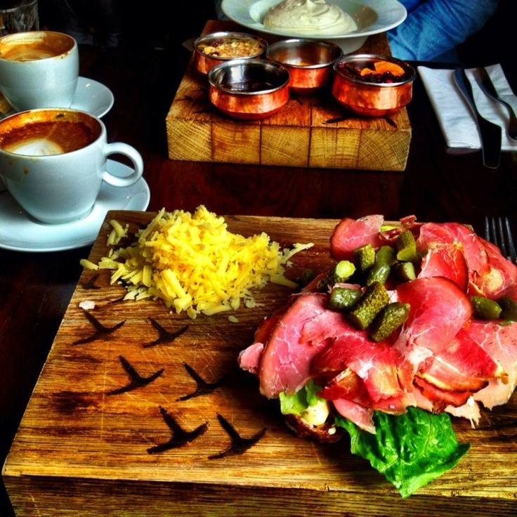 Nye Tranen i Oslo serverer frokost fra kl 7. Havregrøt, yoghurt og deilige smørbrød står på menyen. Perfekt for morgenfugler og de som prøver å være det (meg inkludert) :-)