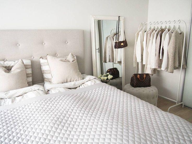 Vaaterekki ja makuuhuoneen vaalea sisustus