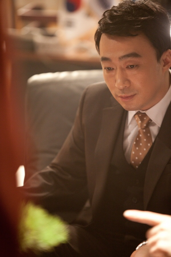 [박경은의 '잼있게 살기'] 맛깔나는 명품 조연 이성민 http://capplus.khan.kr/605     명품조연 이성민이 MBC 새 수목드라마 '킹2Hearts'(가제)에 전격 캐스팅됐습니다.   이성민은 '해를 품은 달' 후속으로 방송되는 MBC 새 수목드라마 '킹투허츠'(가제/극본 홍진아, 연출 이재규 /제작 김종학프로덕션)에서 '입헌군주제'라는 설정 하에 대한민국 제 3대 국왕 이재강 역을 맡아 열연을 펼치게 된다는군요.