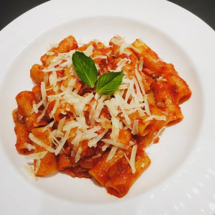Who else feels like a bowl of Rigatoni all'Amatriciana when the weather is cold? Get the past post recipe @ www.travelfoodcool.com #pasta #amatriciana #rigatoni #italian #italy #comfortfood #pancetta #tomatosauce #itsanitalianthing #food #feedfeed #thefeedfeed #foodporn #foodie #foodblog #foodblogger #coldweatherfood #travelfoodcool #toronto #the6ix #thesix