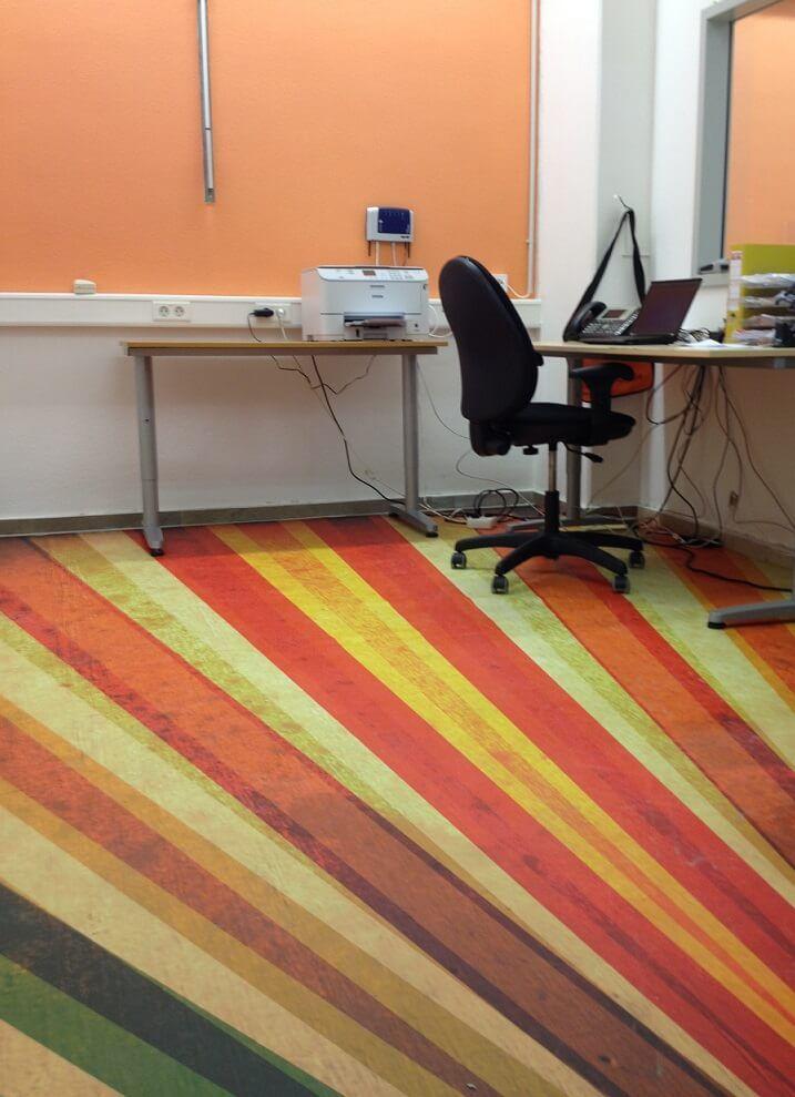 <p>Der Messeboden aus FOTOBODEN™ ist auch für den Ladenbau und Büroeinrichtungen geeignet. Zwar ist die Haltbarkeit der Farben nicht vergleichbar zu Laminatböden, aber der FOTOBODEN™ kann als optisches Highlight auf den vorhandenen Boden aufgelegt/ aufgeklebt werden. Er kann problemlos mit…</p>
